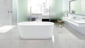 Eine freistehende Badewanne in einem großen Bad ist ein Traum, den sich nicht alle Bauherren erfüllen können. Doch DIE BADGESTALTER finden auch für kleinere Bäder schöne Lösungen. Foto: Kaldewei